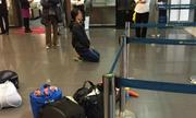 Người phụ nữ quỳ gối giữa sân bay Nội Bài vì trễ chuyến