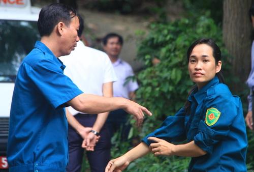 Chị Thu (bìa phải) một những những phụ nữ địa phương tham gia tìm kiếm cứu hộ cứu nạn phát hiện hiện trường máy bay. Ảnh: Phước Tuấn