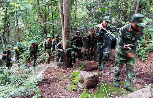 Lực lượng công binh lên núi tìm máy bay rơi. Ảnh: Phước Tuấn