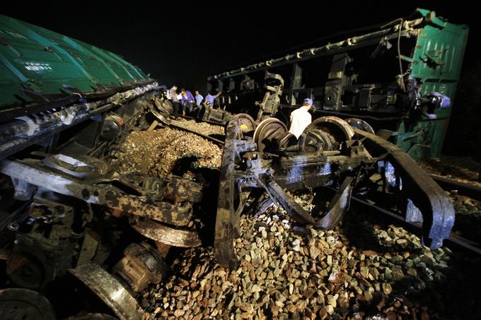 Bốn toa tàu đứt lìa khiến đường sắt Bắc Nam tê liệt
