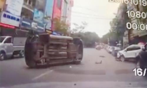 xe-hop-tong-nat-dau-ford-ecosport-va-lat-nghieng-giua-duong-2