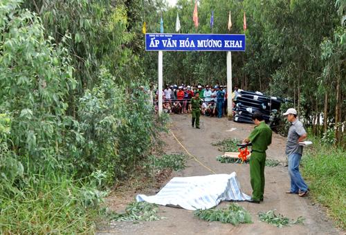 Cảnh sát khám nghiệm hiện trường người đàn ông bị đốt cháy giữa đường. Ảnh: C.A