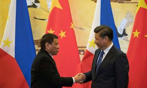 Ông Duterte gặp ông Tập Cận Bình trong chuyến công du tới Trung Quốc. Ảnh: Reuters.