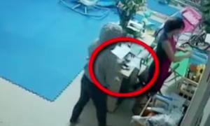 Nữ quái trộm điện thoại trước mặt cô giáo nhanh như chớp