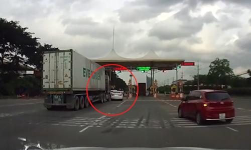 honda-civic-bi-xe-container-dam-mop-duoi-vi-gianh-duong-o-tram-thu-phi
