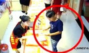 Nữ nhân viên mặc váy bay qua tủ kính bắt tên cướp vàng