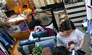 Người phụ nữ dàn cảnh để bé trai trộm iPhone 6