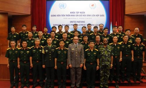 Đoàn huấn luyện lưu động Liên Hợp Quốc chụp ảnh kỷ niệm với các cán bộ Trung tâm Gìn giữ hòa bình Việt Nam. Ảnh: Văn Việt.