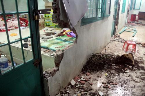Một lỗ tường lớn có thể chui người qua lọt được các học viên đục để thoát ra ngoài.