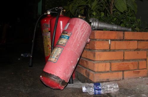 Theo các học viên còn ở lại thì bình chữa cháy dùng để đập gạch, phá tường cho các thành viên thoát ra.