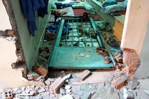 Một cánh cửa bị đập vỡ, xô đạp vào trong phòng sau khi các thành viên đã thoát ra ngoài.