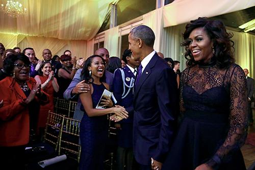 Vợ chồng ông Obama chào đón các khách mời đếnTiệc Âm nhạc Tình yêu và Hạnh phúc diễn ra tối 21/10 ở Bãi cỏ Phía nam Nhà Trắng, v
