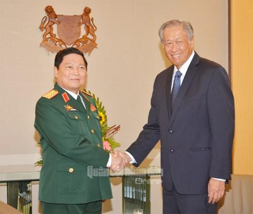 Bộ trưởng Quốc phòng Ngô Xuân Lịch và người đồng cấp Singapore Ng Eng Hen. Ảnh: Quân đội Nhân dân.