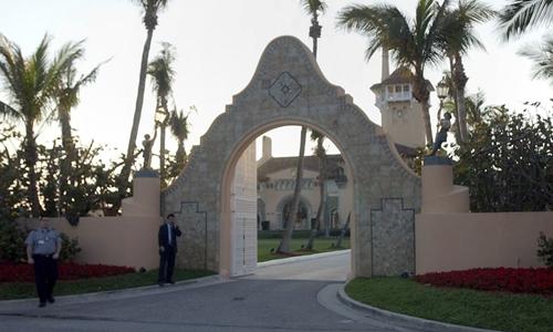 Cổng vào khu biệt thự Mar-a-Lago ở Palm Beach của ông Trump. Ảnh: AP.