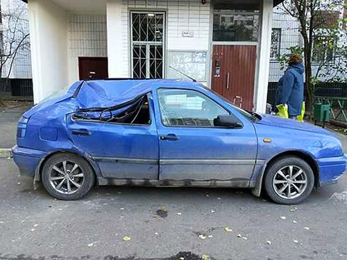 Chiếc xe hơi bị móp một phần ở nóc sau cú ngã củaLebedeva