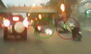 Hai cô gái cắt mặt hàng loạt xe máy gây tai nạn