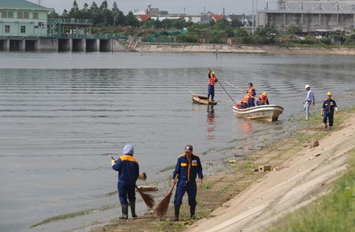 hàng chục công nhân của Xí nghiệp thoát nước số 4 dọn dẹp vệ sinh hồ