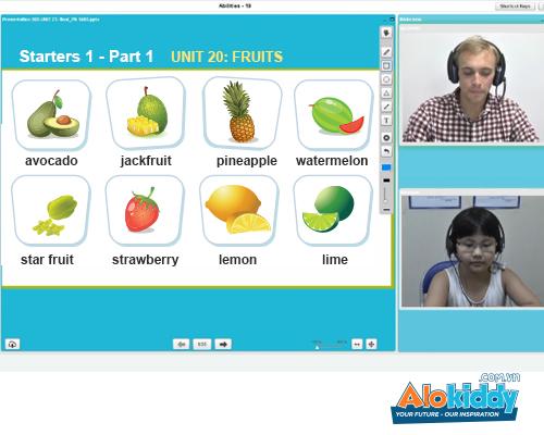 Trẻ học trực tiếp với giáo viên thông qua giáo trình điện tử.