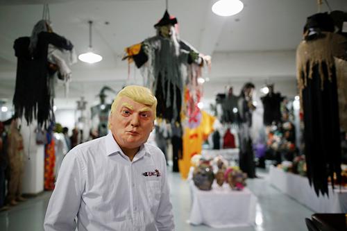 mat-na-donald-trump-hut-khach-dip-halloween-1