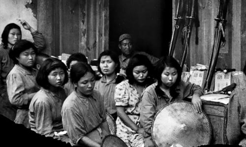 Cảnh tượng được ghi lại năm 1944 về những phụ nữ mua vui người Trung Quốc bị ép buộc phục vụ lính Nhật trong Thế chiến II. Ảnh: oldpicsarchive.com
