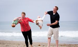 Những cú ngã hài hước của bé khi đi tắm biển