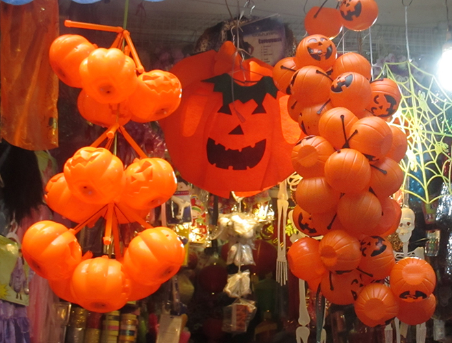 Không khí Halloween ngập tràn phố Hà Nội