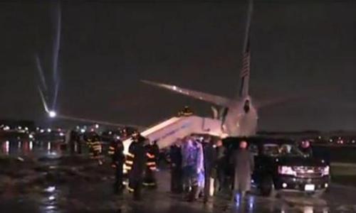 Hiện trường máy bay chở ứng viên phó tổng thống của đảng Cộng hòa Mike Pence bị trượt khỏi đường băng sânLaGuardia của New York. Ảnh:AP