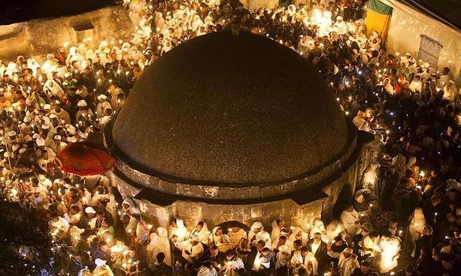 Bên trong nhà thờ chứa mộ Chúa Jesus