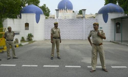 Cảnh sát Ấn Độ đứng gác trước cổng Cao ủy Pakistan tại New Delhi. Ảnh: AFP.