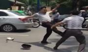 Dừng Camry và Vespa giữa đường đánh nhau náo loạn phố Hà Nội