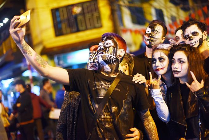 Những gương mặt hóa trang kinh dị trên phố Hà Nội