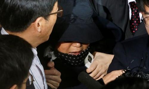Bà Choi Soon-sil cầu xin tha thứ khi bị đám đông vây quanh tại Hàn Quốc. Ảnh: Reuters.