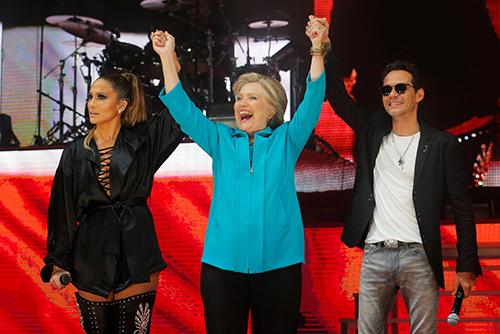 Bà Hillary Clinton và hai ngôi saoJennifer Lopez, Marc Anthony tại buổi biểu diễn ởMiami tối 29/10