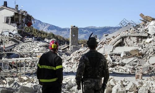 Nhiều ngôi nhà đổ sập sau động đất tại Italy hôm 30/10. Ảnh: AP.