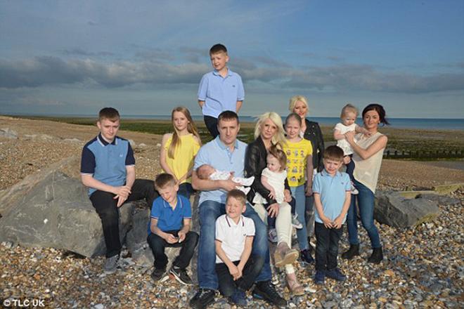 Cuộc sống của cặp vợ chồng Anh bên 12 đứa con
