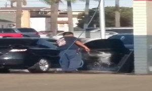 Tài xế phun nước rửa nội thất xe