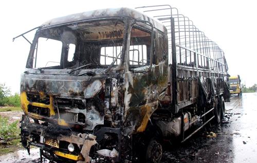 Chiếc xe tải bị cháy rụi. Ảnh: Quy Nhơn