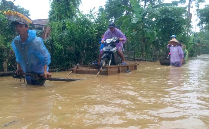 Người dân Hà Tĩnh hối hả dọn đồ chạy lụt