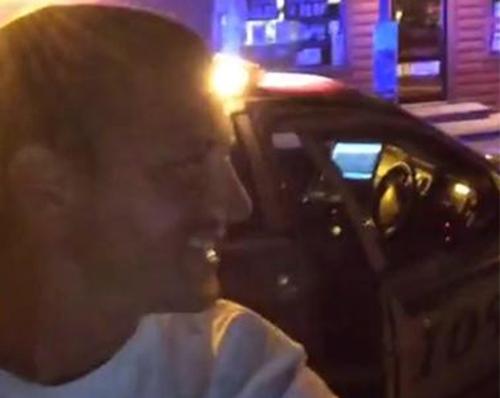 Ảnh 1: John Pinney đứng trước xe cảnh sát mà cậu lấy trộm tối 31/10 ở quận Tulsa, bang Oklahoma, Mỹ. Ảnh: Facebook