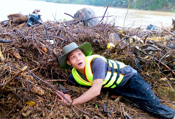 Nhiều người bất chấp nguy hiểm vớt gỗ giữa lũ