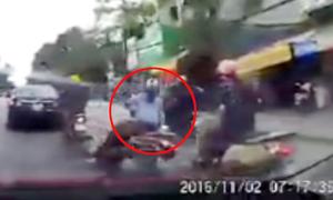 Chạy xe không giữ khoảng cách, cô gái ngã trước đầu ôtô