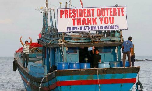 tong-thong-philippines-tha-17-ngu-dan-viet-nam