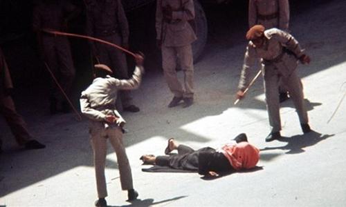 Một người bị phạt roi ở Arab Saudi. Ảnh: Press TC.