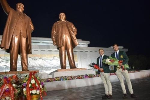 Morgan Ruig và Evan Shay chụp ảnh trước tượng đài người lập quốc Kim Nhật Thành và cố lãnh đạo Kim Jong-il tại Bình Nhưỡng. Ảnh: