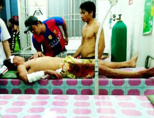 Người chồng bị nhiều vết thương ở tay và đầu do vợ chém. Ảnh: Phúc Hưng