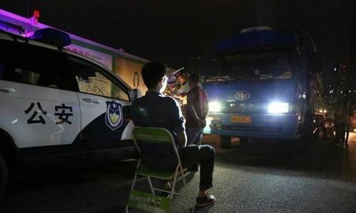 Người bật đèn sai luật tại Thâm Quyến, Trung Quốc bị phạt nhìn đèn pha ôtô trong một phút. Ảnh: QQ.com