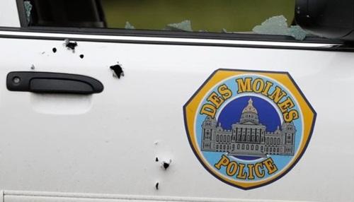 Những viên đạn xuyên qua xe cảnh sát. Ảnh: AP