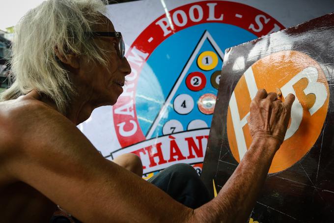 Người họa sĩ già hơn 30 năm vẽ biển quảng cáo ở Sài Gòn