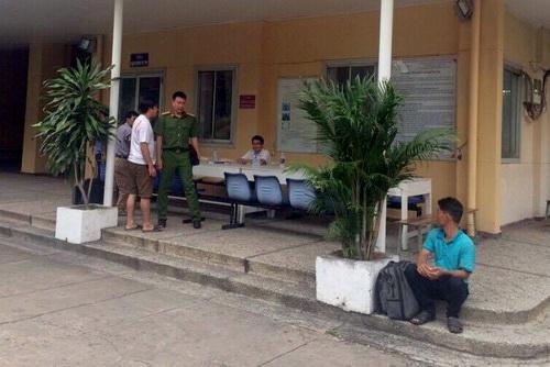 Công an Bình Thuận lấy lời khai những người có liên quan vụ việc. Ảnh: Thái Hà
