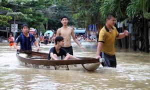 Người dân Nha Trang chèo thuyền trên phố chạy lũ